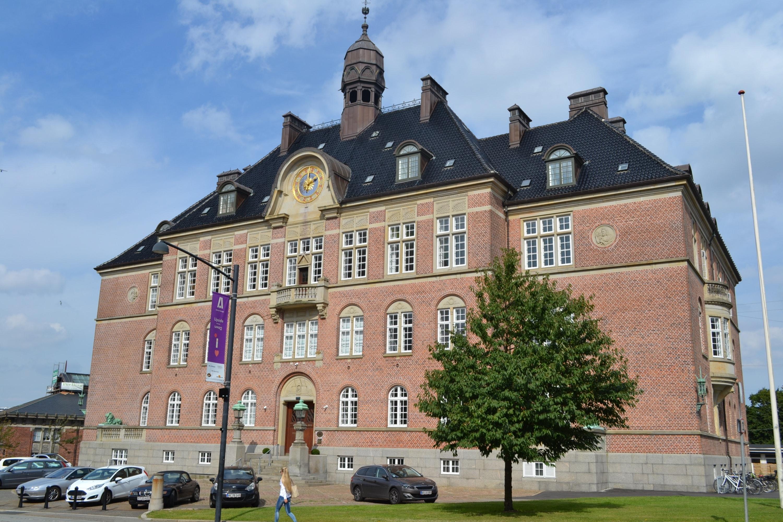 Det var kl. 03.48 den 23. juli 2020, at Østjyllands Politi modtog en anmeldelse om, at flere personer var blevet stukket med kniv på en parkerings...