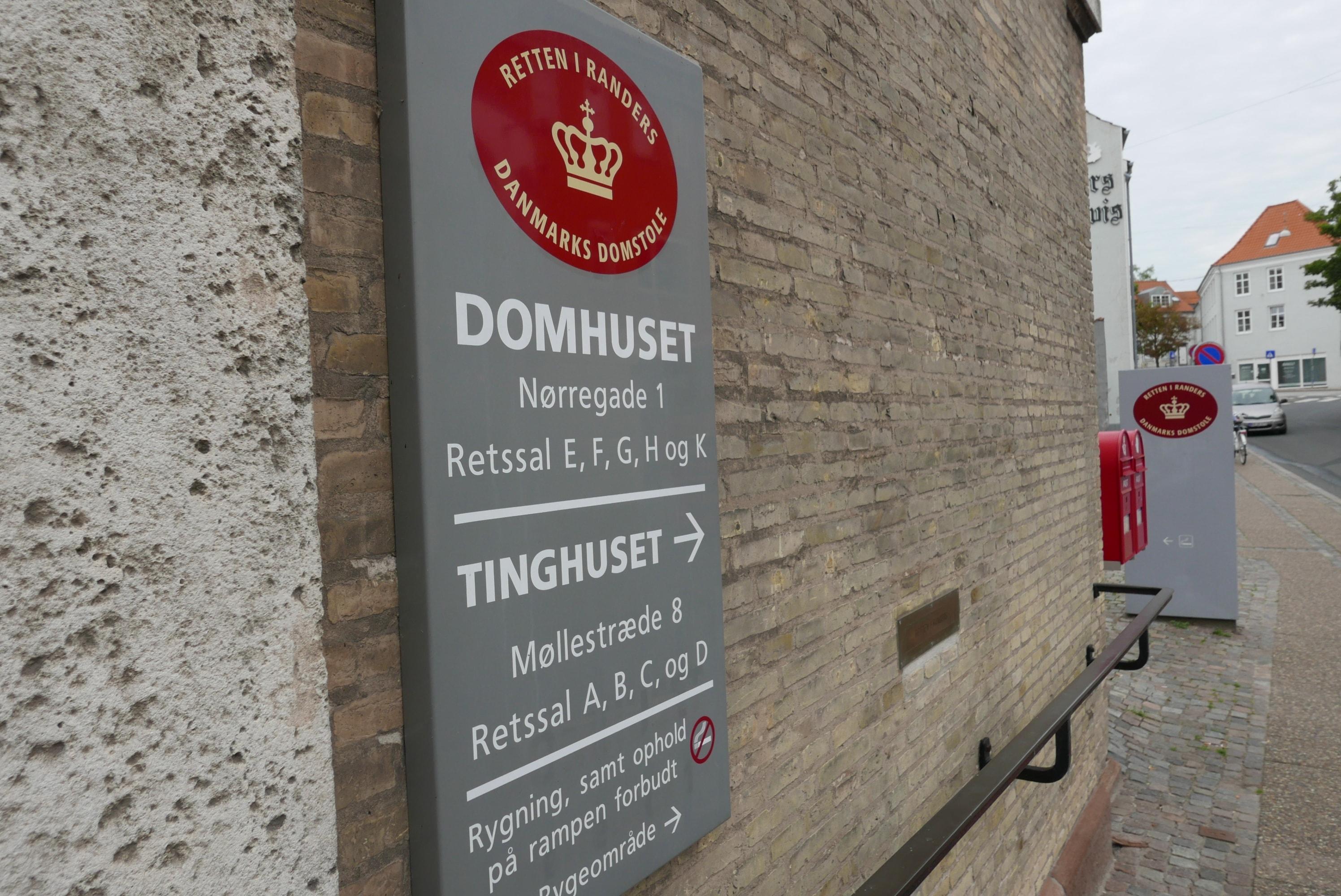 Hjemmerøveriet fandt sted på Skolegade i Hammel for to år siden, den 24. oktober 2018 kl. 13.00 om eftermiddagen. Husets dengang 76-årige kvindeli...
