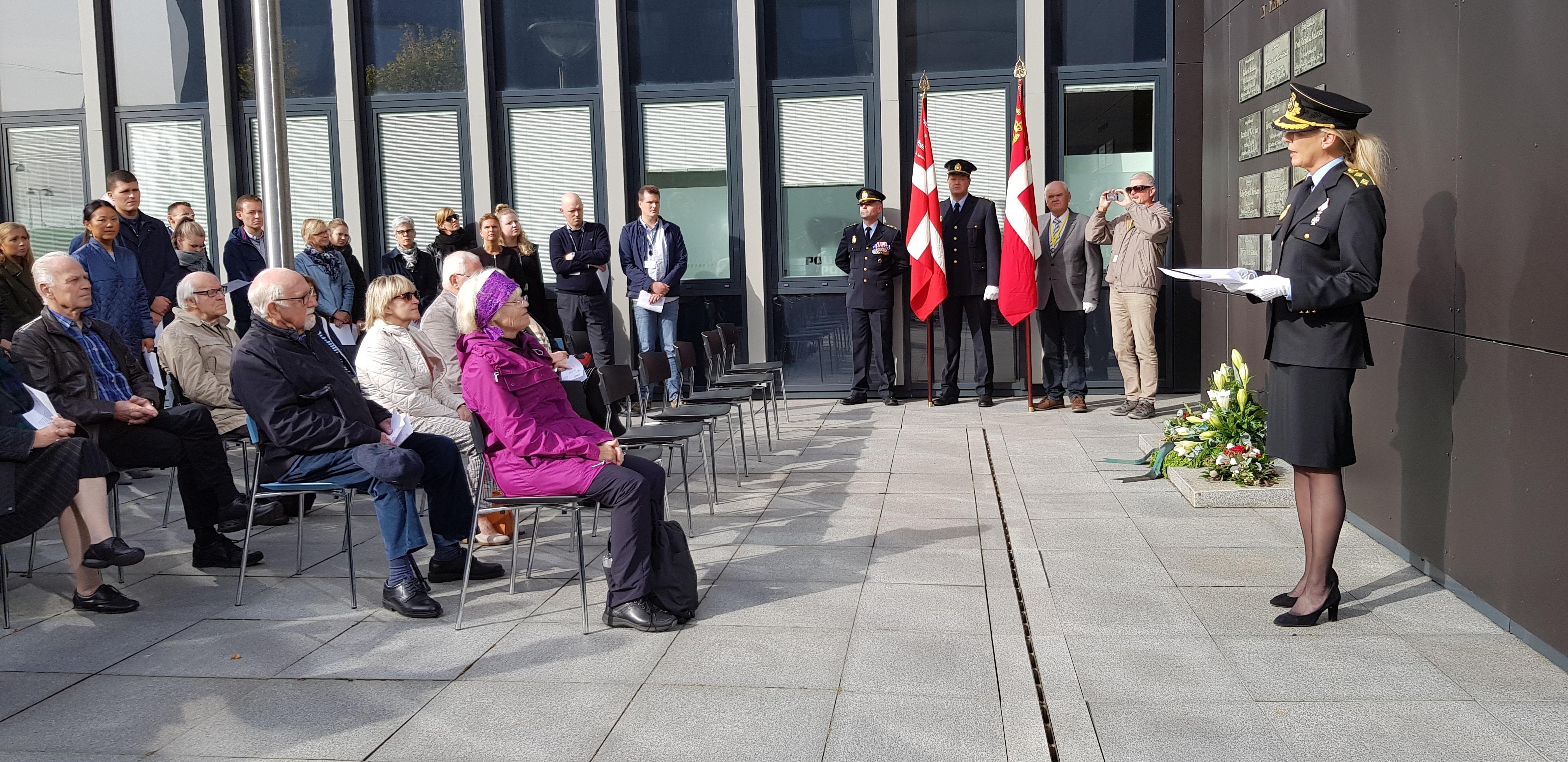 Politidirektør Anne Marie Roum Svendsen holde mindetale på forpladsen ved Aalborg Politigård på politiets mindedag 2019.