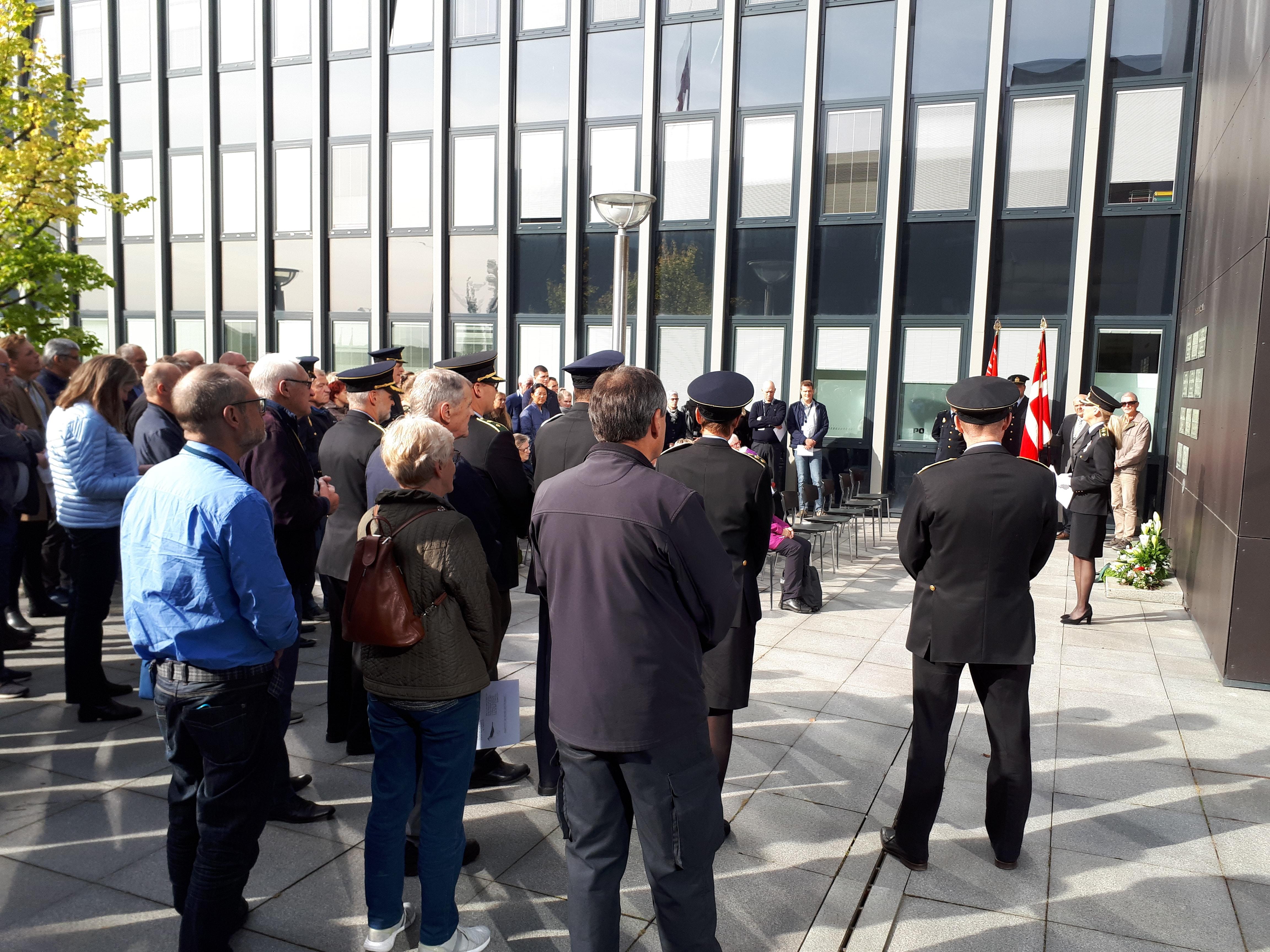 Nuværende og pensionerede politifolk var sammen med familiemedlemmer til de afdøde mødt op på forpladsen ved Aalborg Politigård på mindedagen 2019.