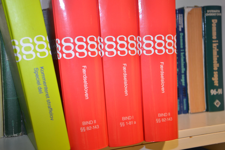 Lovbøger på hylde